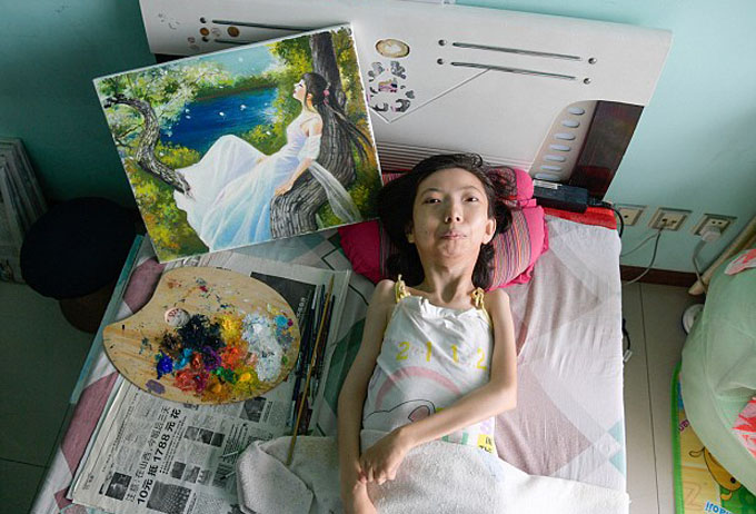 Meet Chinas most inspiring painter: Paralysed woman who has been bed-bound for 32 years defies odds to become a celebrated artist