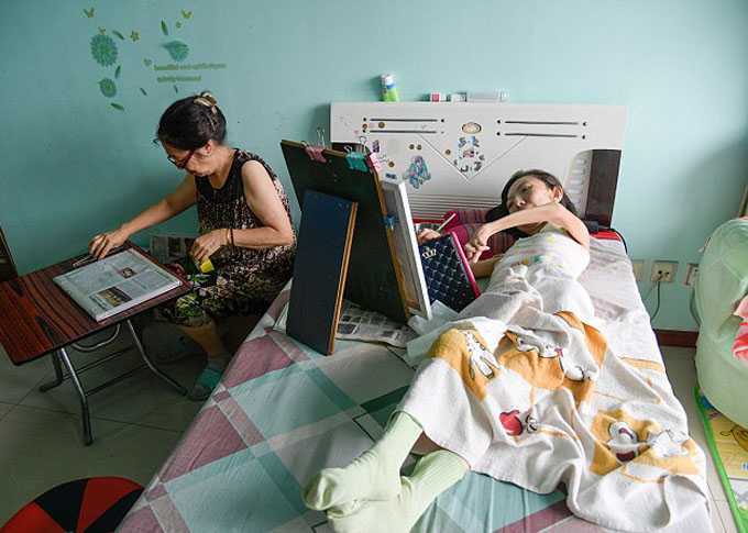 Meet Chinas most inspiring painter: Paralysed woman who has been bed-bound for 32 years defies odds to become a celebrated artist - 11