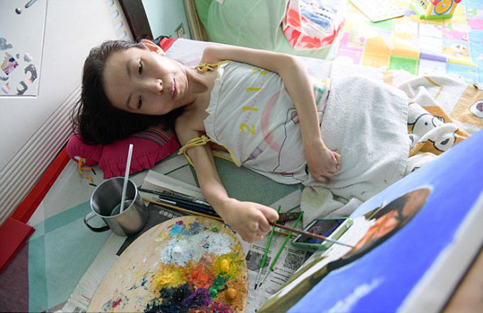 Meet Chinas most inspiring painter: Paralysed woman who has been bed-bound for 32 years defies odds to become a celebrated artist - 2