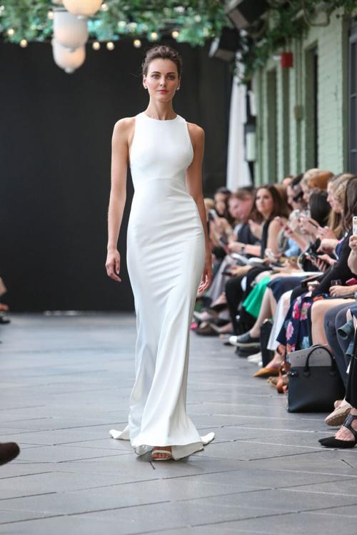 Váy cưới đơn giản ít chi tiết: hạn chế sự xuất hiện của ren, mạng che mặt, voan cưới. Váy cưới cổ điển mang hơi hướng thập niên 1980 là sự lựa chọn phổ biến. Kiểu tóc cô dâu thường là tóc búi cao, búi thấp hoặctóc buông xõa.