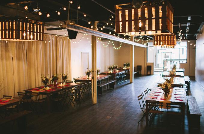 Nhà kho, tòa nhà có nhiều chi tiết bằng kim loại sẽ tạo nên sảnh tiệc cưới tuyệt vời:Bạn có thể áp dụng phong cách tối giản cho bất kỳ hội trường tiệc cưới nào, từ nhà kho, nhà thờ cho tới sảnh tiệc ở nhà hàng. Các đặc điểm chung của những địa điểm này là có trần gỗ, trần có chi tiết kim loại, tường gạch, tường trống, sàn bê tông hoặc sàn gỗ.