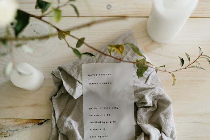 Giấy mờ:Đám cưới tối giản truyền tải tới người xem về một tổng thể gọn gàng và sự sắp xếp hợp lý, thanh lịch. Chương trình đám cưới được in trên nền giấy mờ thay vì giấy trắng truyền thống.
