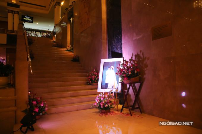 Đám cưới của Hoàng Châu và Trần Khôi diễn ra sau 7 năm hẹn hò. Vị hôn phu của Hoàng Châu là kỹ sư máy tính, là con trai của người bạn thân từ thời học phổ thông với NSND Hồng Vân.Đám cưới có tông màu hồng - trắng với loài hoa chủ đạo là sen.