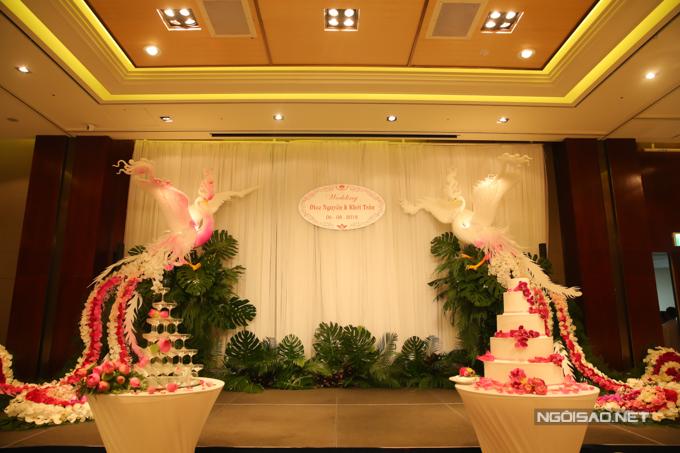 Sân khấu đám cưới ấn tượng với hình ảnh đôi long phụng hai bên.