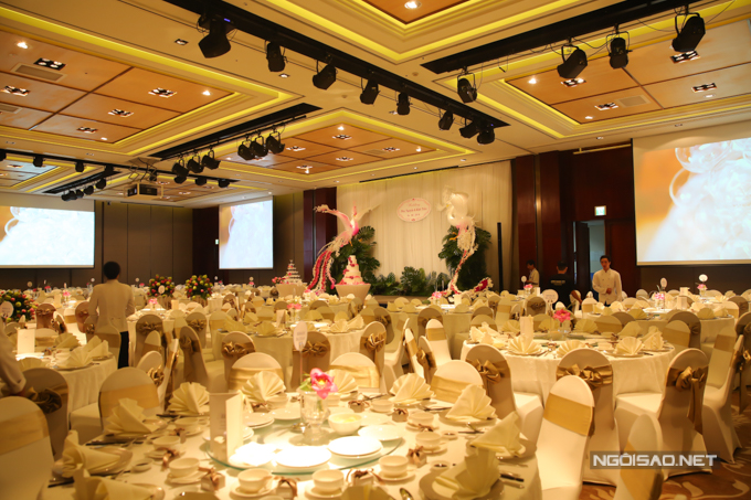 Uyên ương không quá cầu kỳ trong việc trang trí bàn tiệc. Bông sen hồng được cắm giữa bàn tiệc tạo điểm nhấn, ghế ngồi của khách mời được trang trí bởi dải lụa màu nâu đồng, gợi vẻ trang nhã, phù hợp với phong cách Á đông của tiệc cưới.