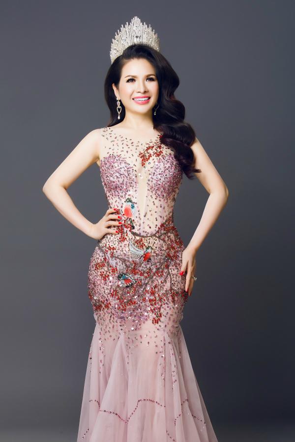 Người đẹp chia sẻ từ khi trở thành hoa hậu, cô làm việc quên cả thời gian, đôi khi quên mất gia đình ở phía sau.
