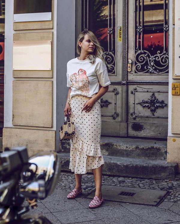 Chân váy quấn, váy bất đối xứng được các fashionista thế giới ưa chuộng. Những kiểu chân váy xếp bèo nhún điệu đà được họ phối cùng áo thun họa tiết trẻ trung hoặc áo blouse, sơ mi biến tấu.