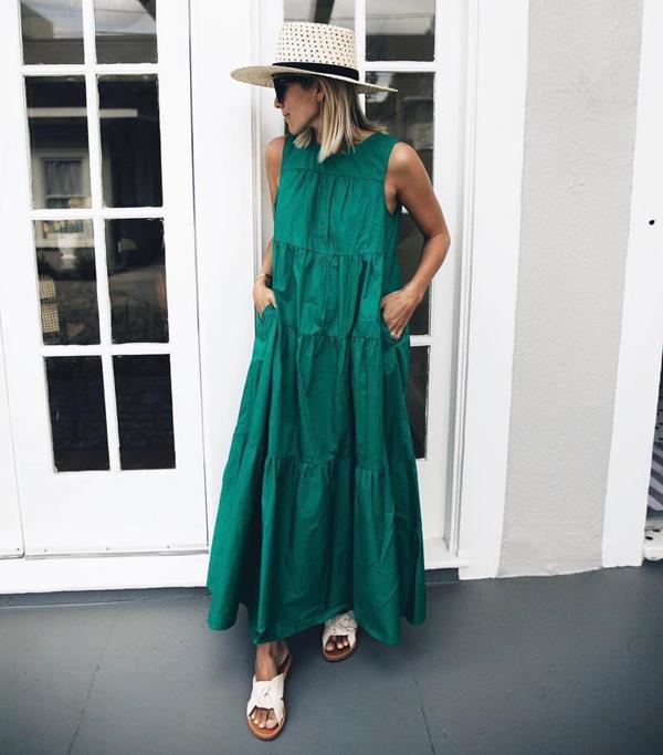 Váy xanh ngọc mang lại cảm giác thoải mái bởi thiết kế sát nách, phom dáng váy rộng và cắt may trên vải thô.