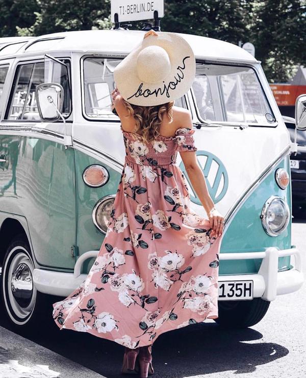 Váy trễ vai, trang trí tay bèo nhún sẽ giúp nàng nổi bật khi xuống phố bởi chất liệu vải in hoa bắt mắt.