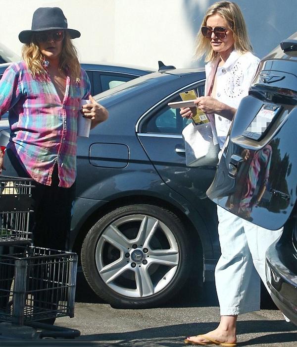 Hai cô bạn được trông thấy đi siêu thị như những bà nội trợ bình thường ở Los Angeles vào cuối tuần qua.