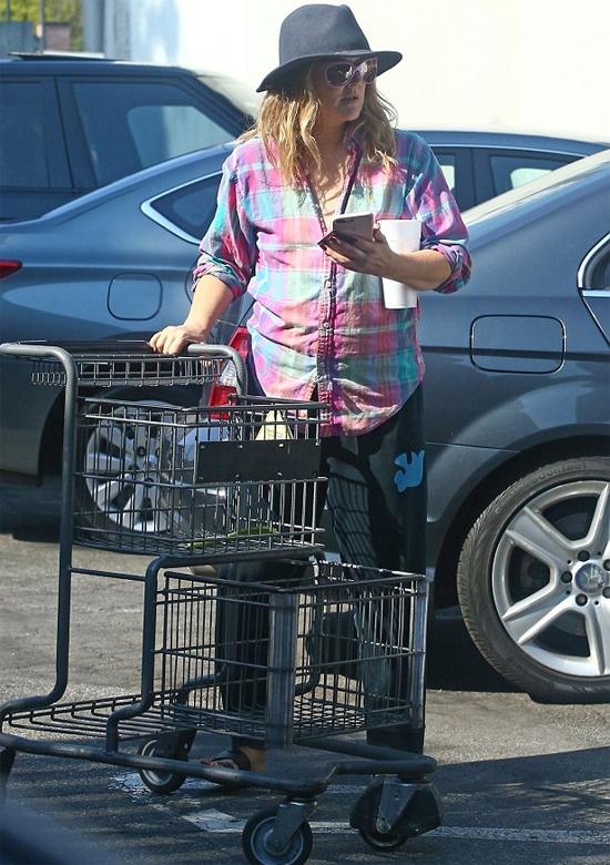Drew Barrymore trở nên phát tướng sau hai lần sinh nở. Tuy nhiên cô không căng thẳng vì vóc dáng mũm mỉm của mình mà rất hạnh phúc với vai trò làm mẹ. Drew cũng bận rộn với công việc sản xuất phim và kinh doanh mỹ phẩm.