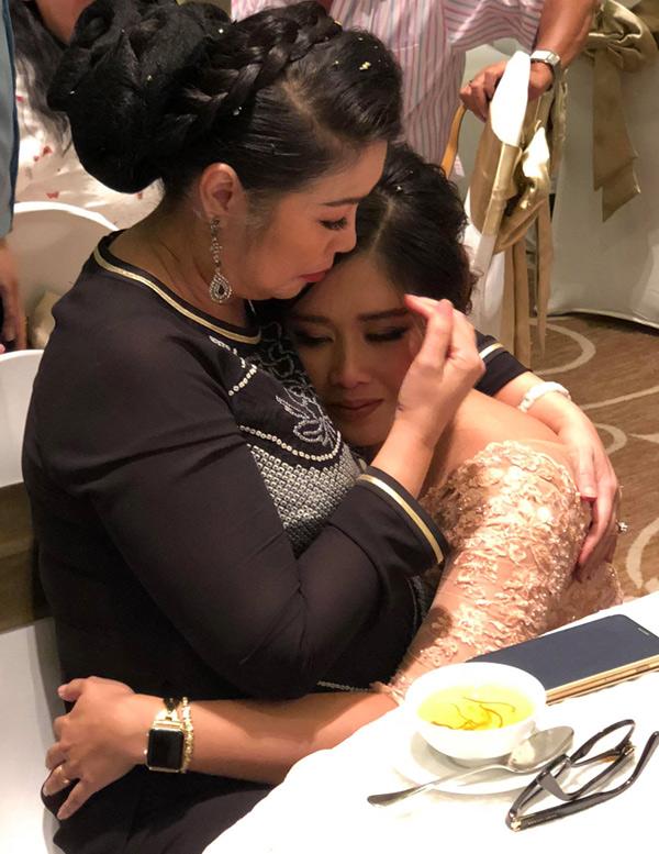 Con gái Hồng Vân xúc động sau khi xem video mẹ làm tặng cô trong tiệc cưới tối 6/8.