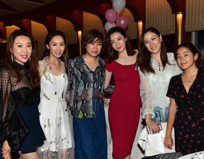 Bạn bè, người thân trong gia đình vợ chồng Hùng Đại Lâm đến dự tiệc, trong đó có chị chồng Quách Khả Doanh (váy trắng).
