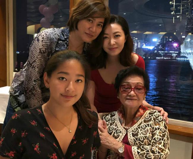 Hùng Đại Lâm bên gia đình chồng.