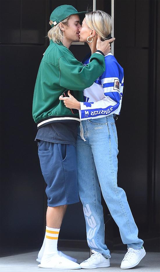 Một ngày trước đó, 5/8, Bieber đón Hailey dưới tòa nhà cô ở bằng nụ hôn ngọt ngào. Anh diện bộ đồ thể thao nhưng vẫn trung thành với đôi dép lê.