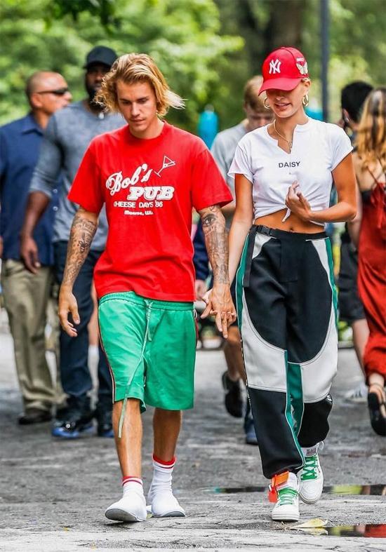 Đi hẹn hò với hôn thê sành điệu nhưng Bieber vẫn xỏ dép lê, mặc quần tụt quá mông - 5