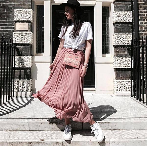 Thoát khỏi định kiến, váy xoè qua gối chỉ có thể mix cùng áo cổ điển, nhiều cô nàng cá tính mix -match nó với áo thun hiện đại, giầy snearket khoẻ khoắn.