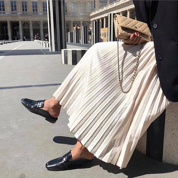 Ngoài giầy cao gót, diện chân váy xếp ly cùng áo blazer, giầy mullet cũng được ưa chuộng.