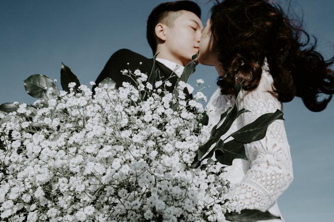 Trong bộ ảnh cưới của uyên ương không thể thiếu những nụ hôn nồng say được lột tả qua góc máy lạ của nhiếp ảnh gia.