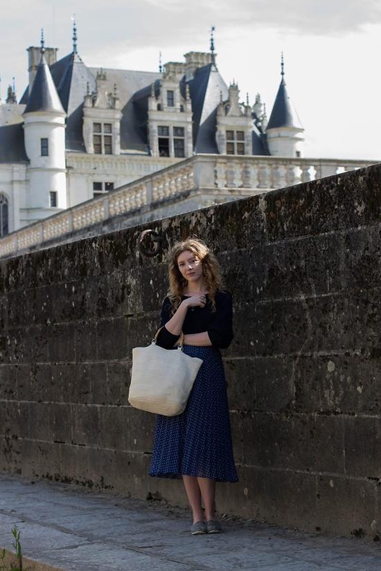 Cách mix đồ quen thuộc cho các bạn gái yêu thích phong cách vintage với chân váy midi, áo thun và túi nan to bản.