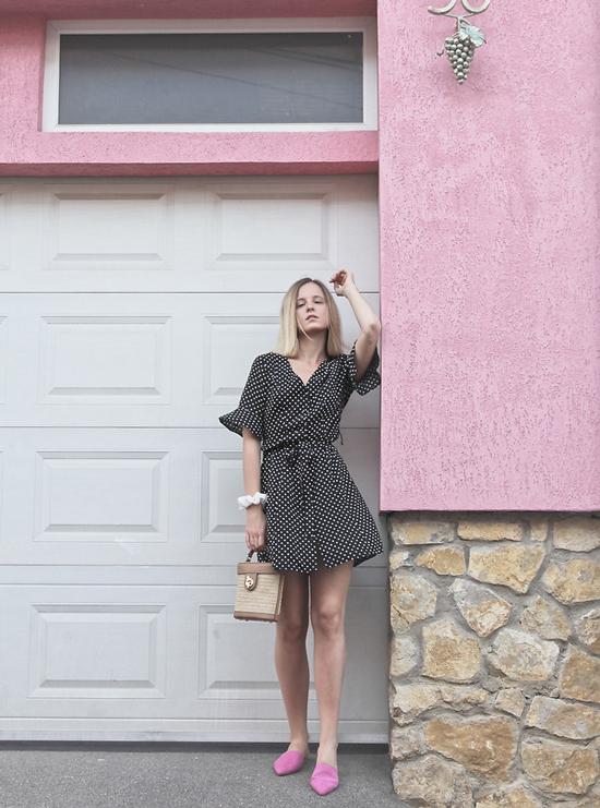 Váy liền thân, thắt dây dưng vải tiện lợi khi đến văn phòng và vẫn có thể sử dụng để đi chơi, hẹn hò cùng bạn bè.