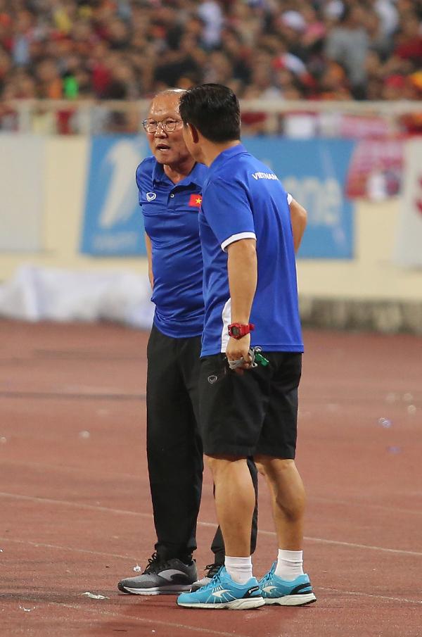 Cuối hiệp một trận đấu giữa Olympic Việt Nam và U23 Uzbekistan, HLV Park Hang-seo gọi một trợ lý lại để trao đổi về việc thay đổi nhân sự. Olympic Việt Nam có một số cơ hội nguy hiểm nhưng không thể tận dụng thành công trong khi U23 Uzbekistan cũng khiến hàng thủ của đội chủ nhà phải hoạt động vất vả.
