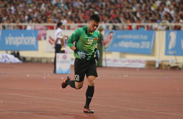 Thủ thành CLB Thanh Hoá ngay sau đó chạy một mạch về phía cuối sân khởi động.