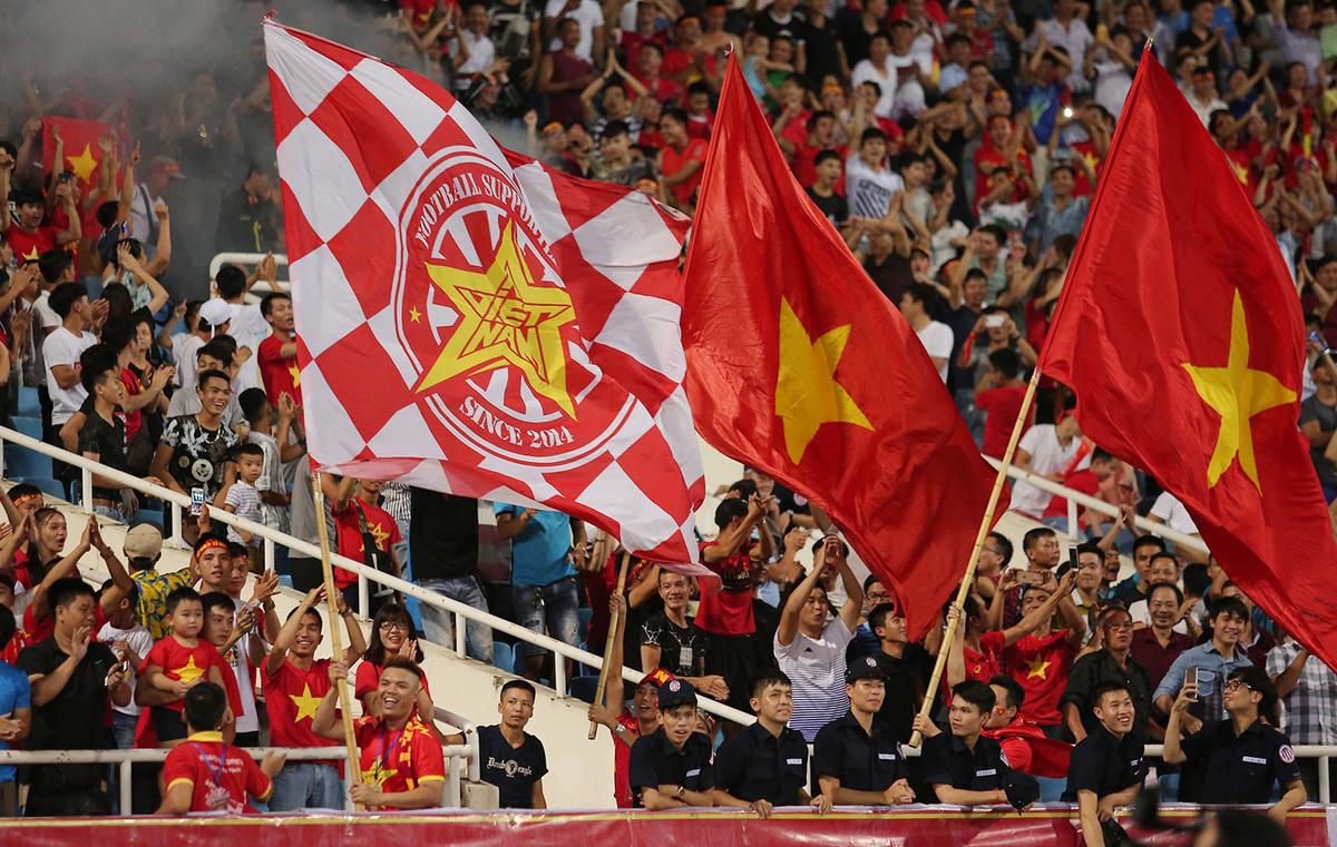 Fan nữ xinh tươi cổ vũ Olympic Việt Nam trên khán đài