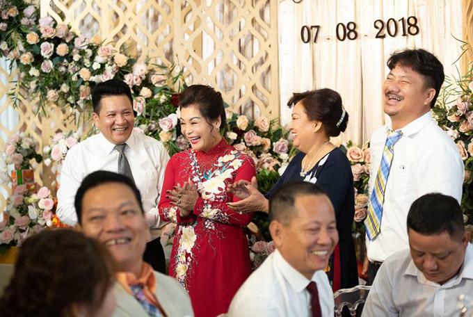 Bố mẹ đẻ và bố mẹ chồng của Vân Navy cười không ngớt khi hai con nên duyên.
