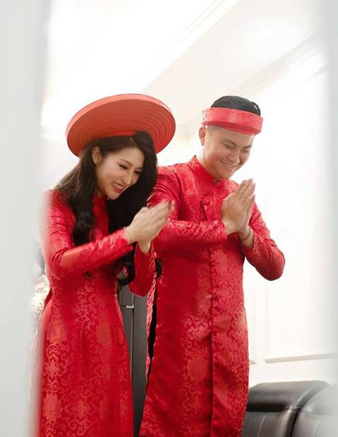 Trong ngày ăn hỏi, Vân Navy và chồng đều mặc áo dài truyền thống có tone màu đỏ. Cả hai cười hạnh phúc khi cùng làm lễ trước bàn thờ gia tiên.
