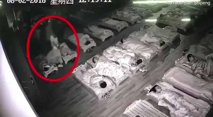 Cô Xuan đang đi giày nhưng vẫn giẫm chân lên mặt một em học sinh trong giờ nghỉ trưa. Ảnh: Youtube.