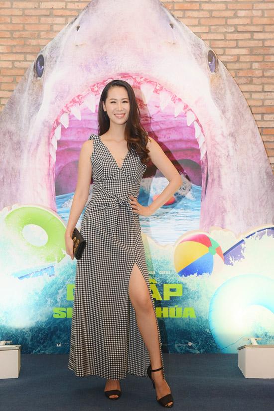 Hoa hậu Phụ nữ toàn thế giới 2018Dương Thùy Linh khoe khéo chân dài với váy xẻ.