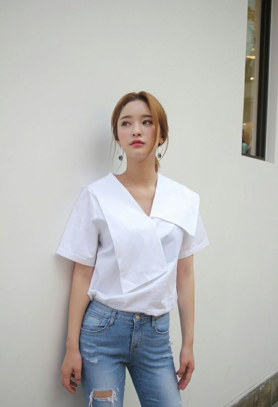 Nếu đã chán ngán việc diện các mẫu sơ mi basic đến văn phòng thì bạn gái có thể thử mix đồ cùng mốt áo blouse mới.