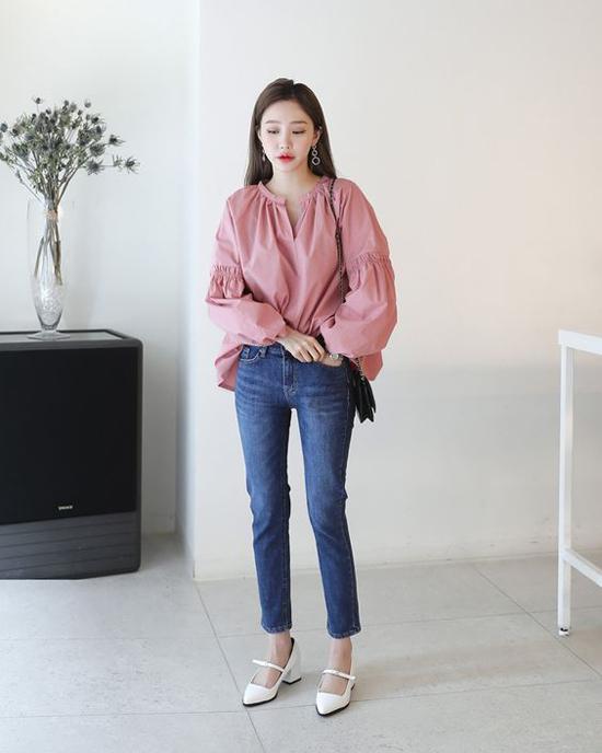 Jeans skinny, áo tay phồng, giầy mũi nhọn và túi đeo chéo tạo nên set đồ hiện đại nhưng không kém phần sành điệu.