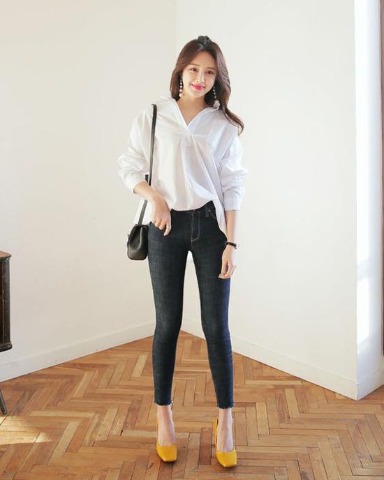 Thay vì sơ mi trắng quen thuộc, chọn áo blouse đồng điệu cùng xu hướng cũng là cách làm hiệu quả để đổi gió về phong cách ăn mặc.