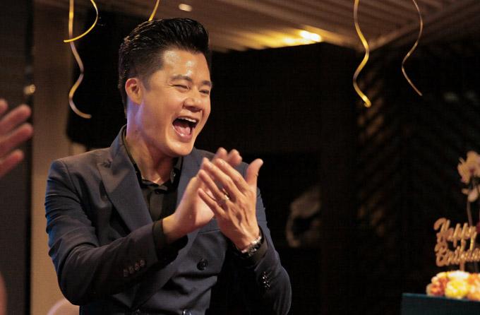 Nam ca sĩ được bạn bè mở party ấm cúng tại Sài Gòn, đồng thờibí mật chuẩn bị nhiều món quà bất ngờ.