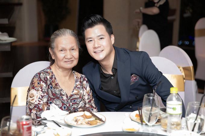 Quang Dũng tâm sự rằng, sự có mặt của mẹ trong buổi tiệc khiếnsinh nhật của anhtrọn vẹnhơn.