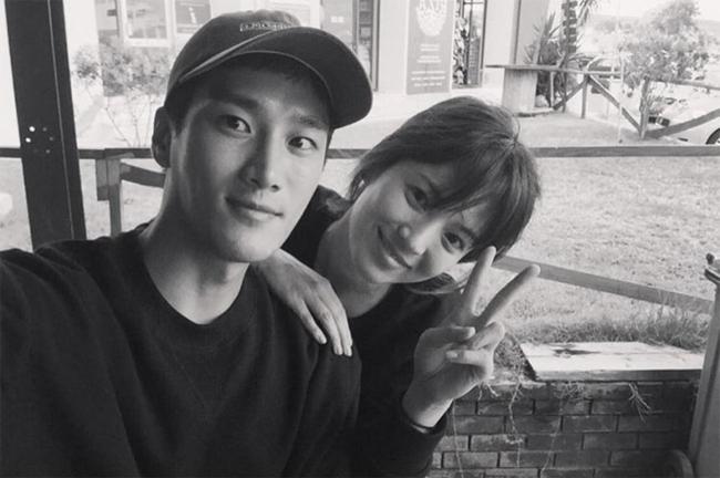 Bức ảnhAhn Bo Hyun chụp cùng Song Hye Kyo.