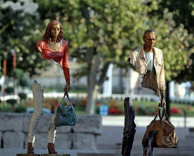 Những người du hành mất nửa người do nghệ sĩ Bruno Catalano thiết kế được đặt tại công viên thành phốMarseilles, Pháp.