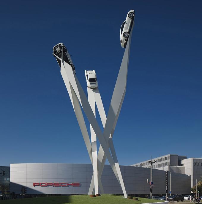 Du khách ghé qua bảo tàng Porsche ở thành phố Stuttgart, Đức có thể chiêm ngưỡng tác phẩm nghệ thuật độc đáo có 1-0-2 này. Ba chiếc xe được chạy trên một thanh thẳng đứng hướng xuống đất từ độ cao hàng chục mét.