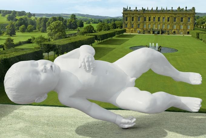 Bức tượng điêu khắc em bé trai nằm ngửa lơ lửng trên nên bê tông được đặt tại ngôi nhà cổ Chatsworth House, Derbyshire, Anh. Đây là một tác phẩm nghệ thuật do kiến trúc sư tài baCapability Brown thiết kế.