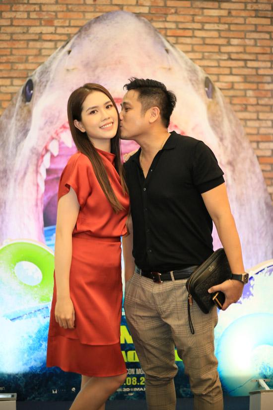 Minh Tiệp không ngần ngại hôn má vợ - người đẹp Thùy Dương - trong buổi ra mắt phim tại Hà Nội.