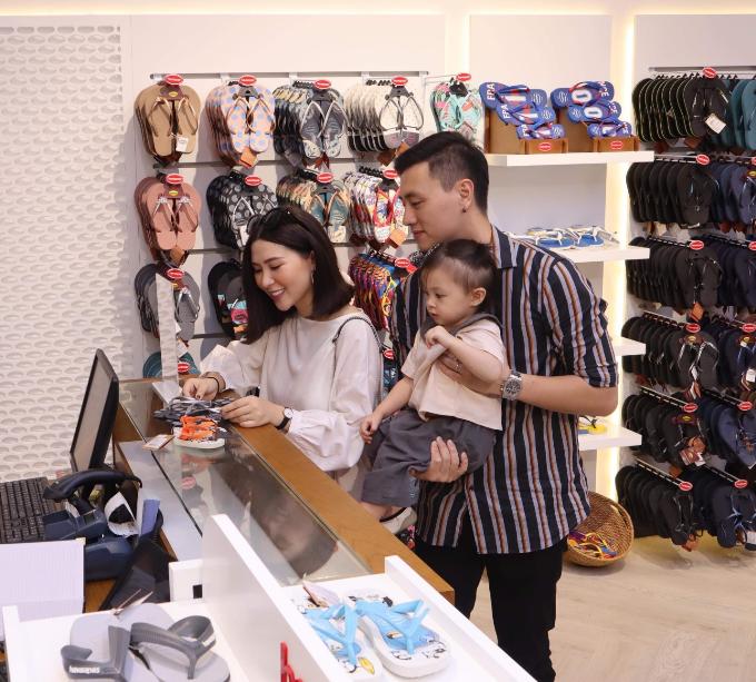 Gia đình nhỏ đáng yêu của cặp đôi Kiên Hoàng  Heo Mi Nhon diện trang phục giản dị khi mua sắm, nhưng nhìn vào ai cũng thấy sự ấm áp toát ra.