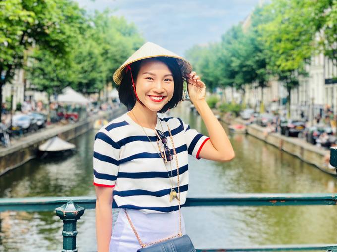 Dung đại ca của Tháng năm rực rỡ đội nón lá đi thăm thú cảnh đẹp châu Âu. Khi gặp những du khách tò mò ngắm nhìn, hỏi thăm về món phụ kiện đặc biệt, nữ diễn viên lập tức giới thiệu cô đến từ Việt Nam và chiếc nón đang đội là nón lá truyền thống của người Việt.