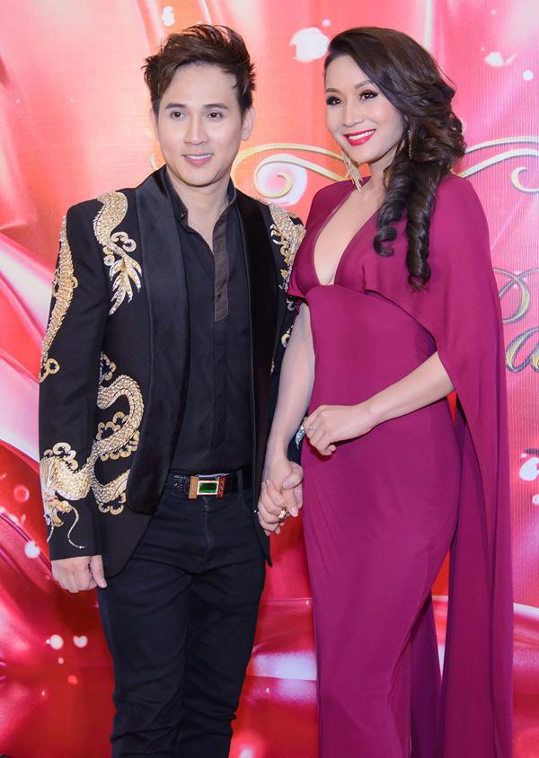 Nguyên Vũ có mối quan hệ thân thiết với nhiều người đẹp. Anh nắm tay Hoa hậu Doanh nhân người Việt liên lục địa 2018 Vũ Thị Loan trong đêm tiệc.