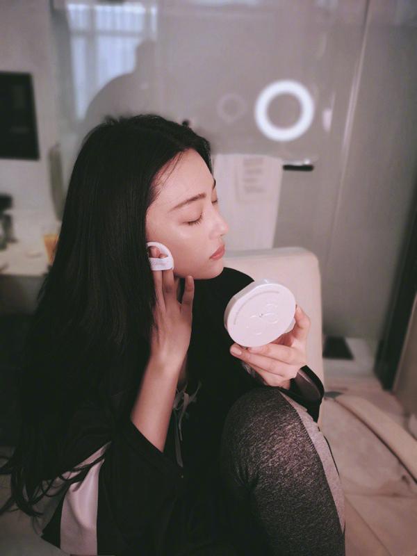 Nếu không phải tham gia sự kiện hoặc có hoạt động chụp hình, cô thường tự trang điểm và cố gắng makeup thật tự nhiên.