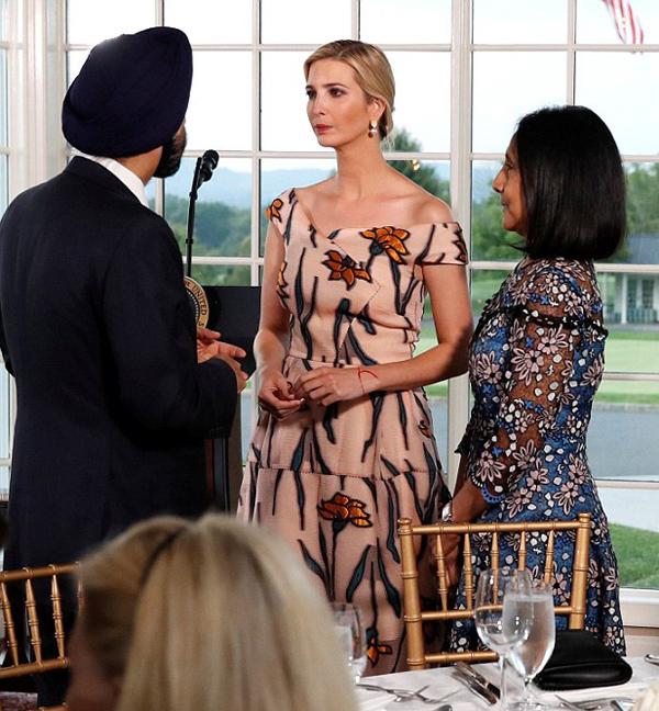 Dự chung sự kiện, Ivanka Trump mặc váy đắt gấp 4 lần mẹ kế - ảnh 6