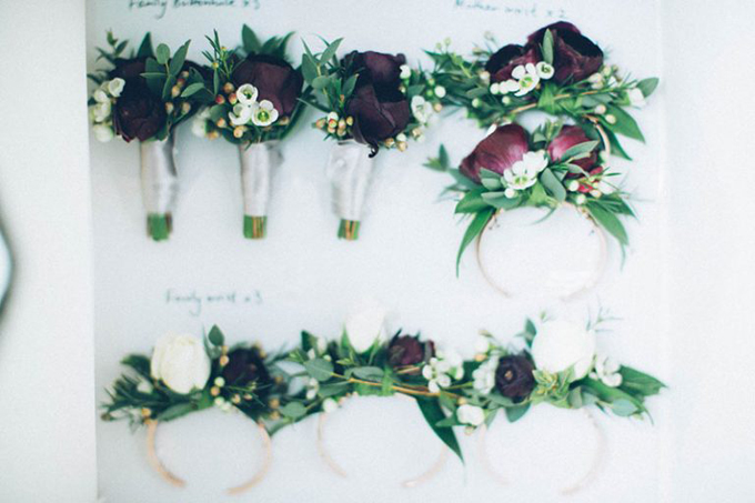 Hoa cài áo của chú rể và dàn phù rể được được từ những bông hồng đỏ thắm và những nhành cây nhỏ xinh, gợi nên sự cổ điển, sang trọng.