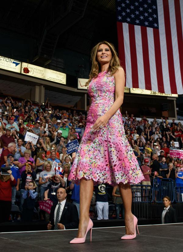 Dự chung sự kiện, Ivanka Trump mặc váy đắt gấp 4 lần mẹ kế - ảnh 3