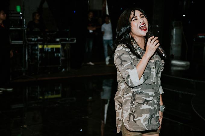 Nữ diva say xưa tập luyện cho tiết mục biểu diễn của mình tại show thời trang của hai nhà thiết kế Vũ Ngọc & Son.